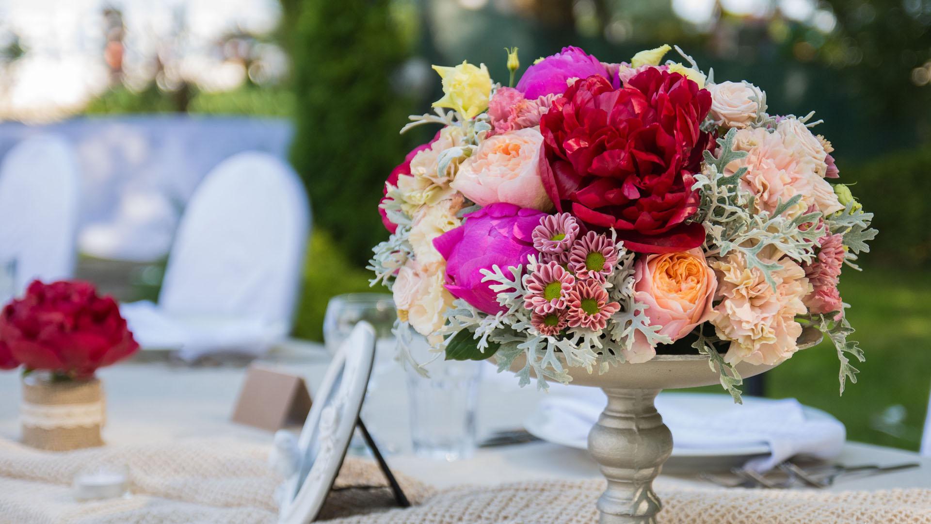Аранжировка с рязан цвят за сватбена декорация