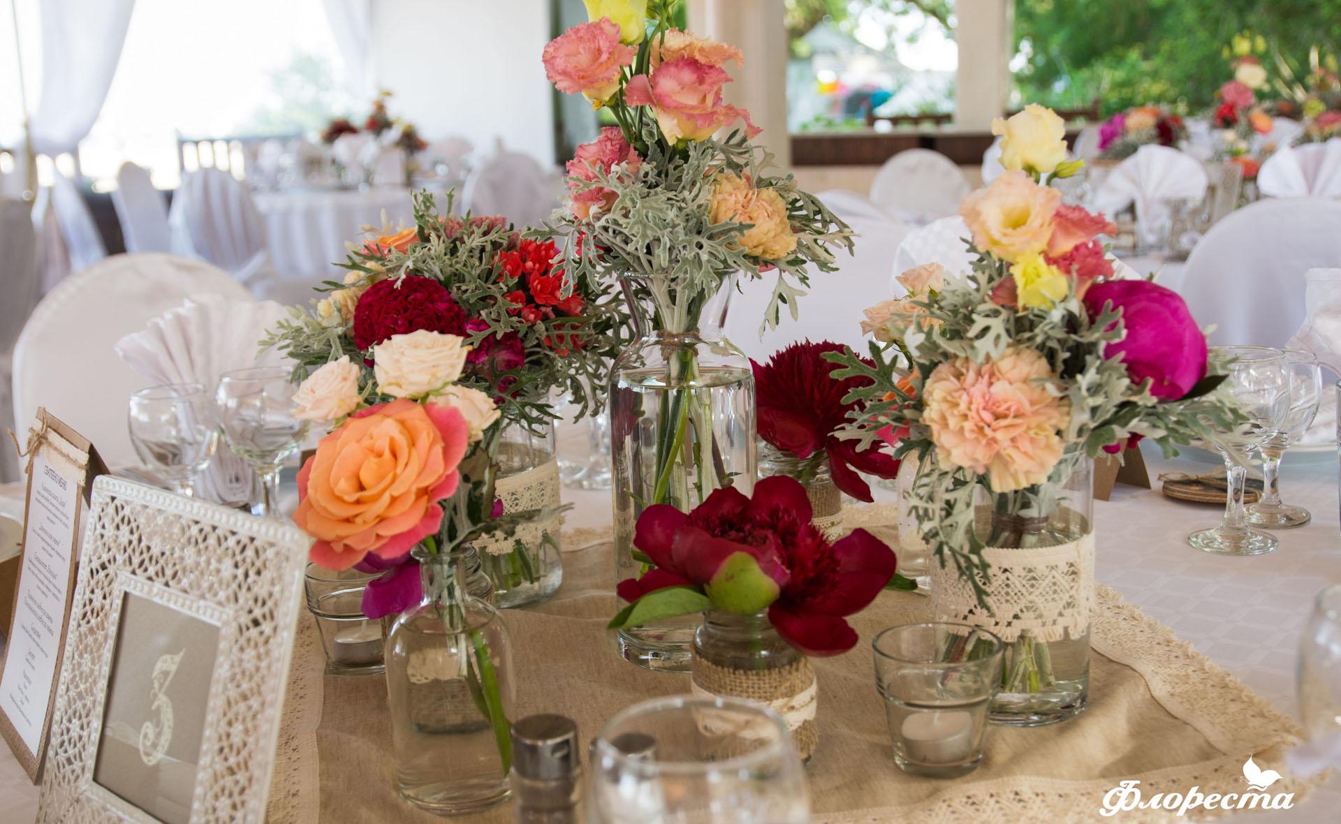 Декорация на маса за гости от сватбено тържество