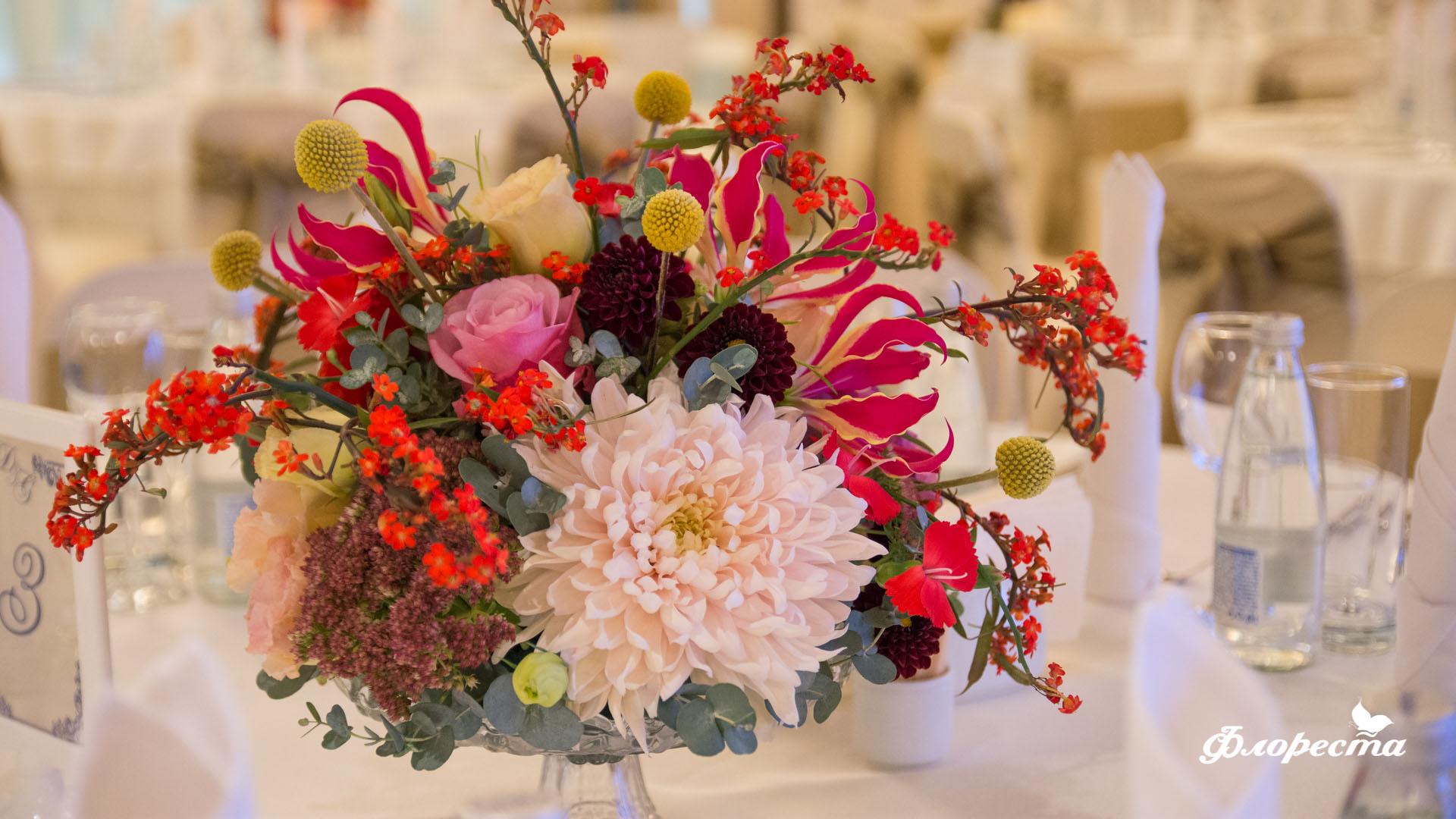 Аранжировка на маса за гости за сватбено тържество