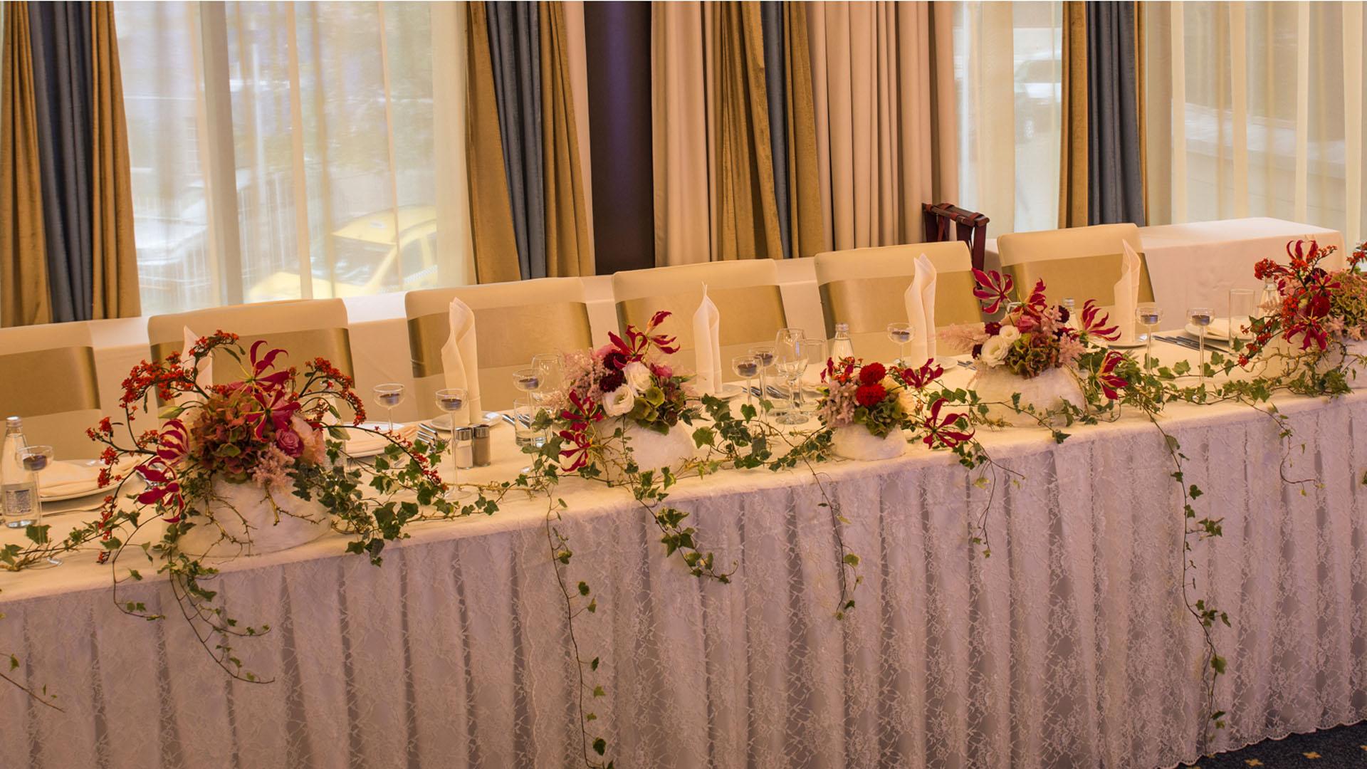 Декорация за сватбено тържество на масата за младоженците