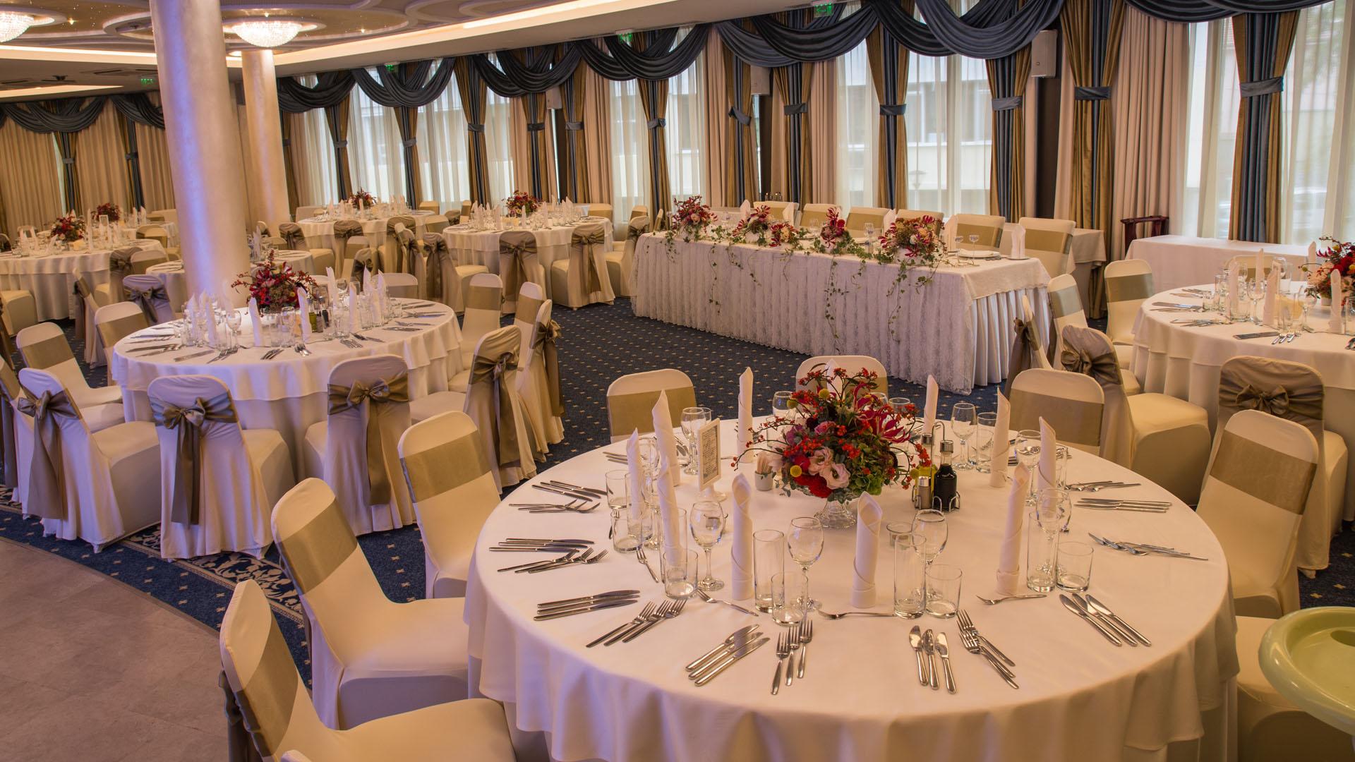 Есенна сватбена декорация на масите за гости в ресторант