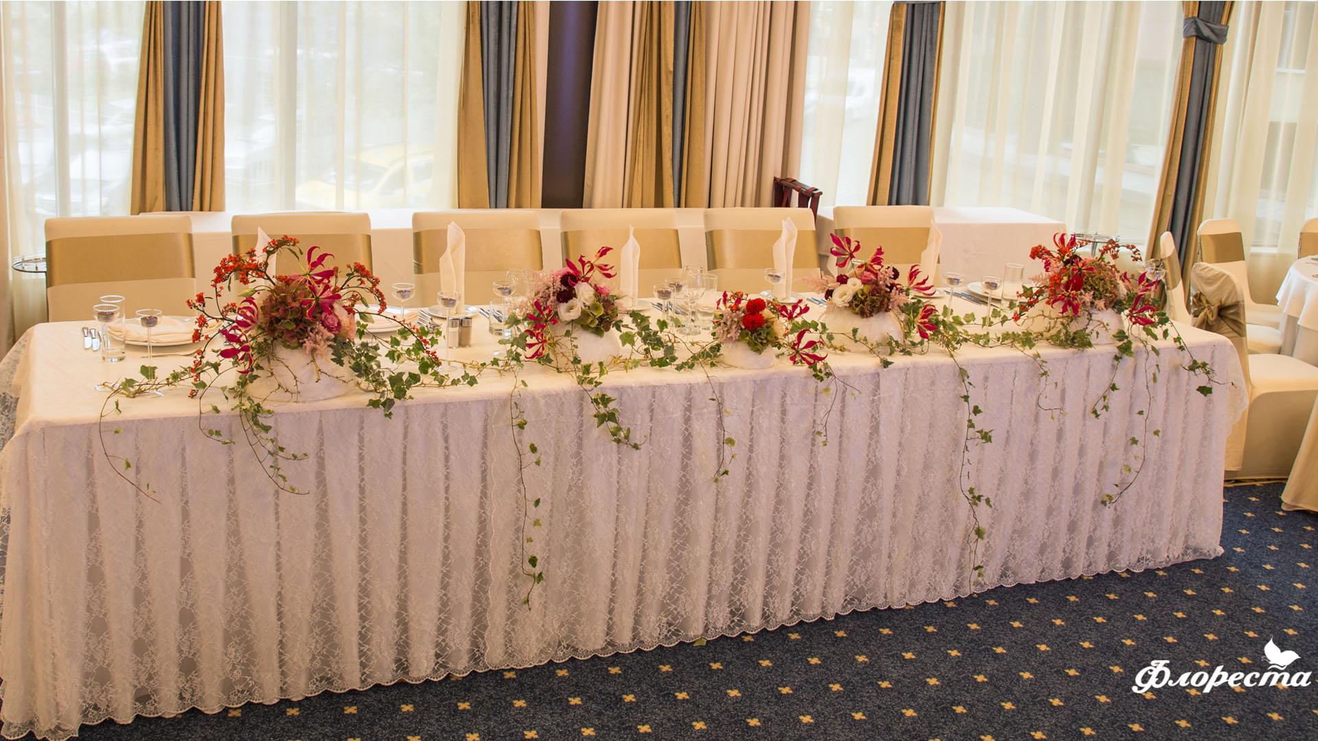 Сватбена декорация на маса за младоженци - Есен с глориоза
