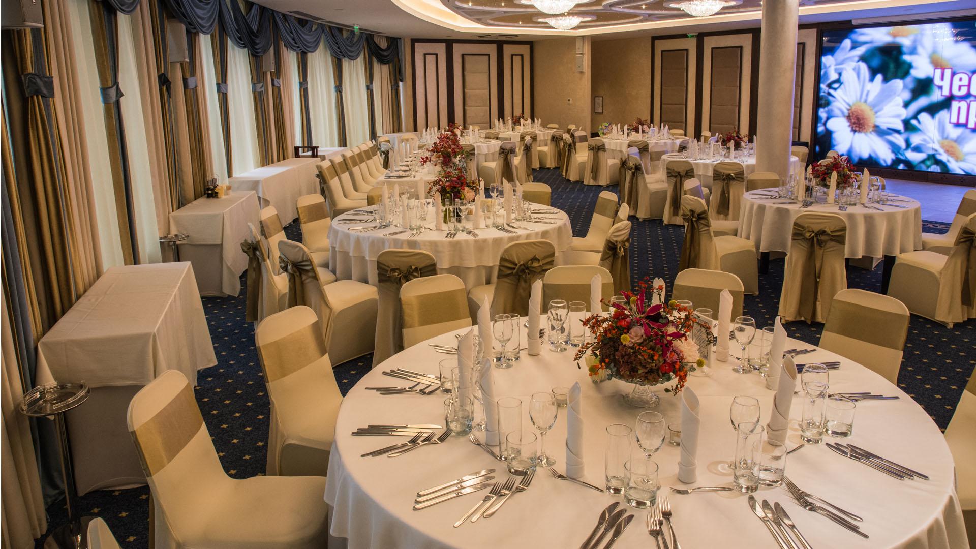 Декорация в злато за сватбено тържество в ресторант