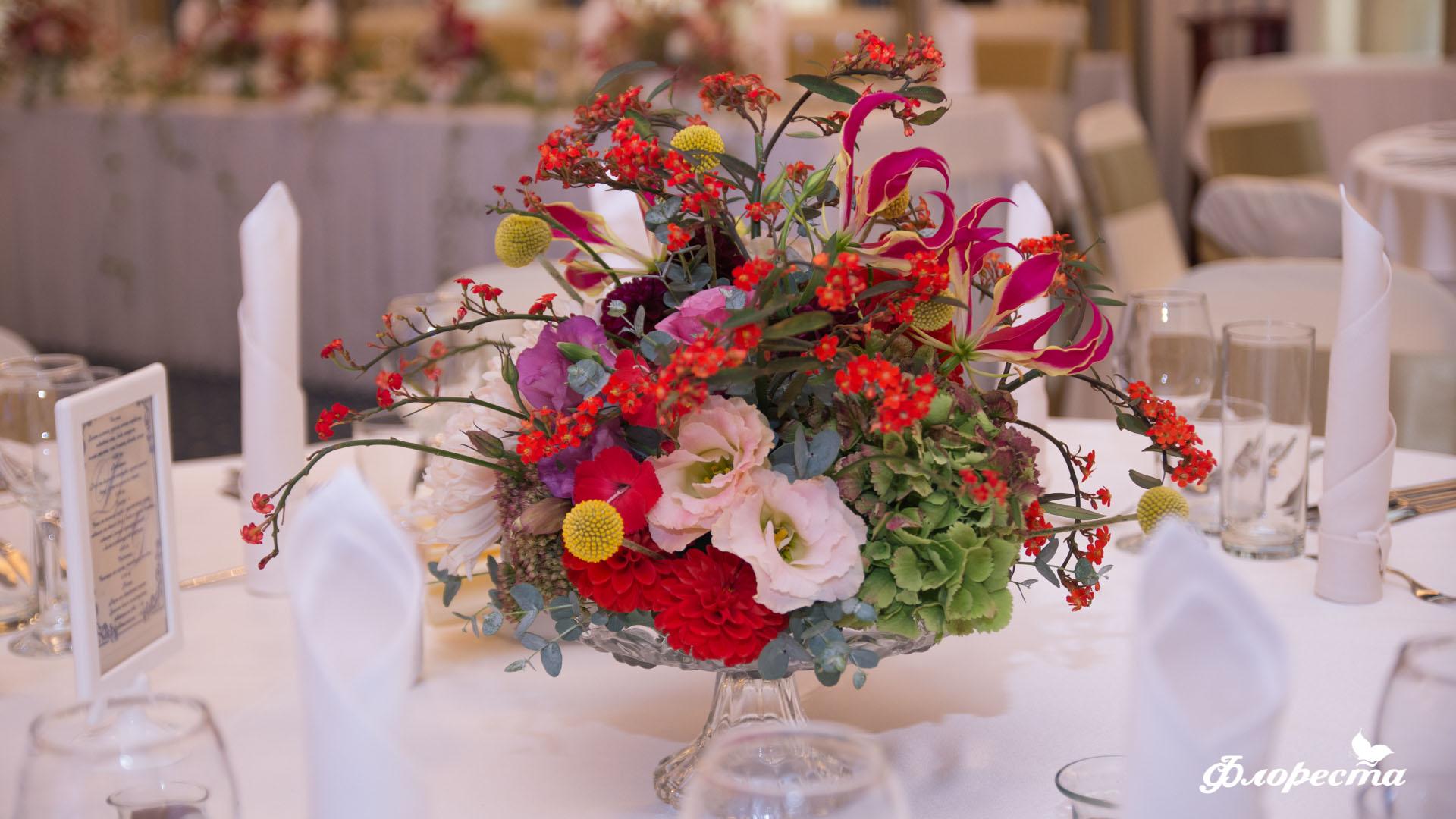 Цветна аранжировка за маса за гости с глориоза