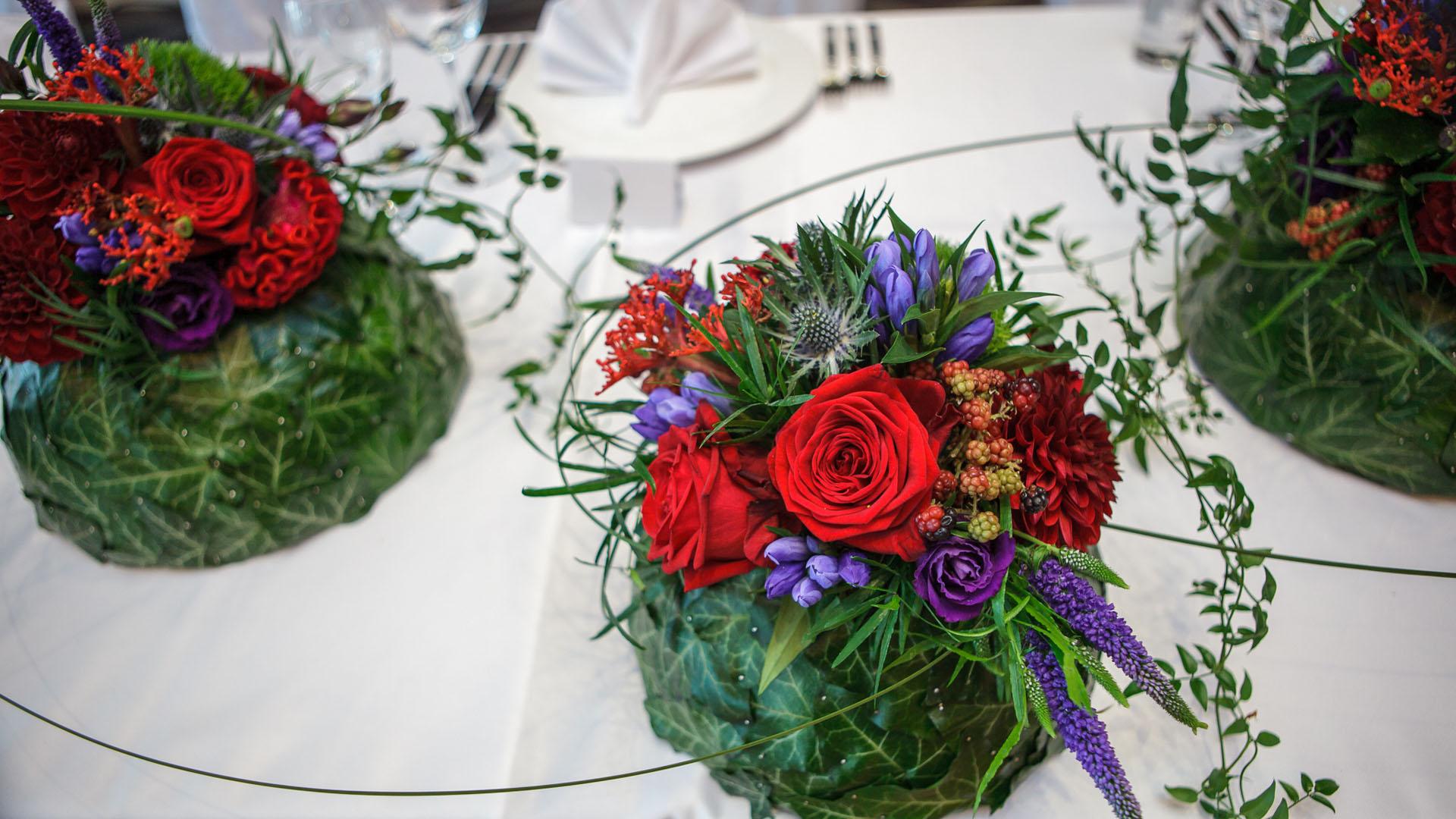 Сватбена аранжировка за декорация на масата за младоженците