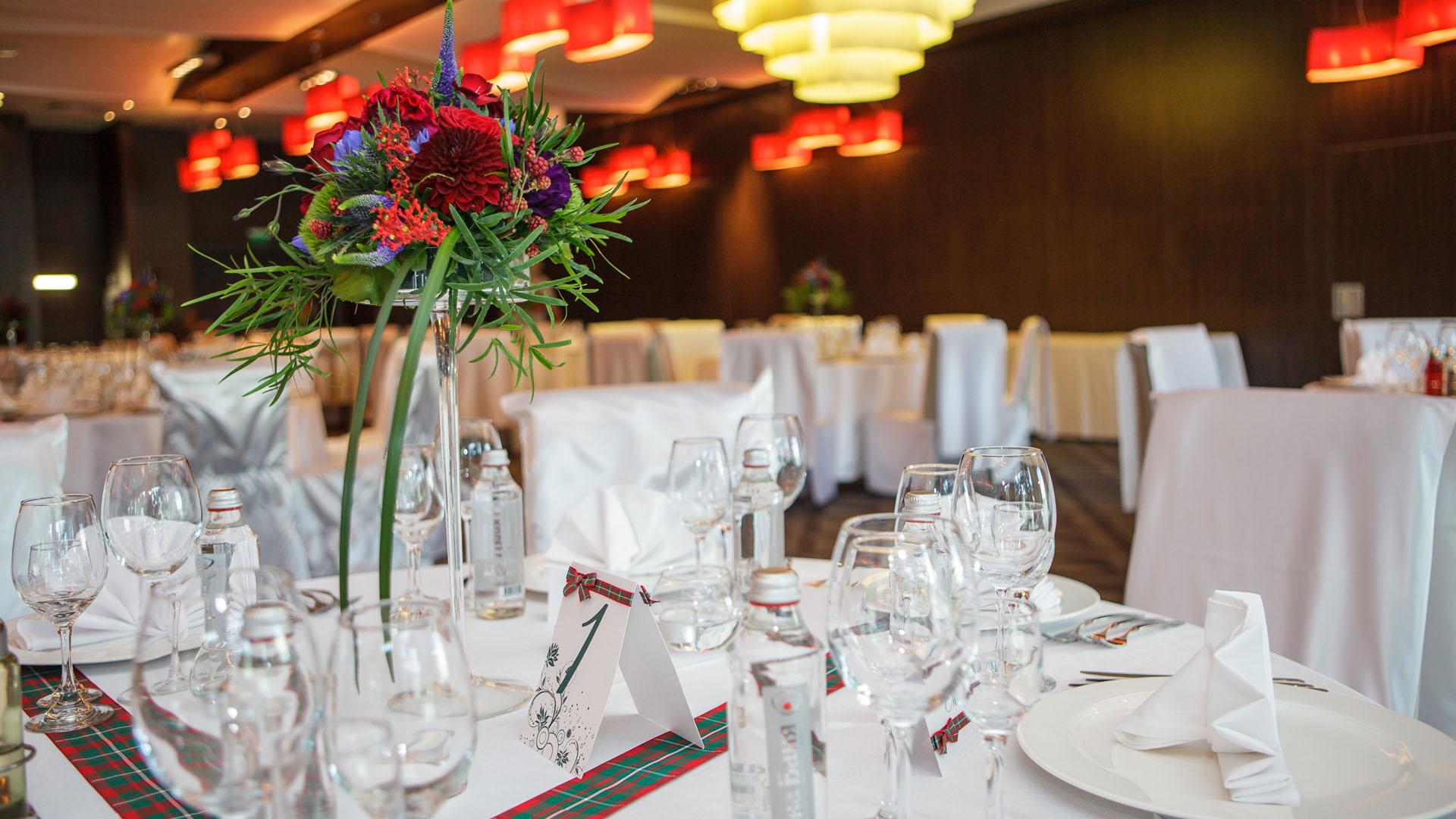 Сватбена декорация на маса за гости