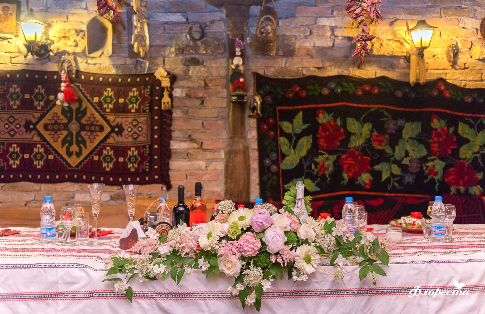 """Сватбена декорация на масата на младоженците в стил """"бит и култура"""""""