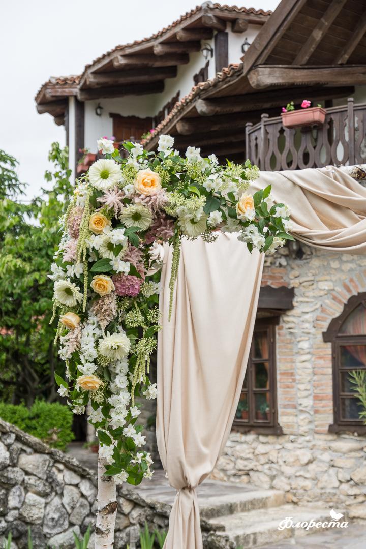 Цветна аранжировка на сватбена арка