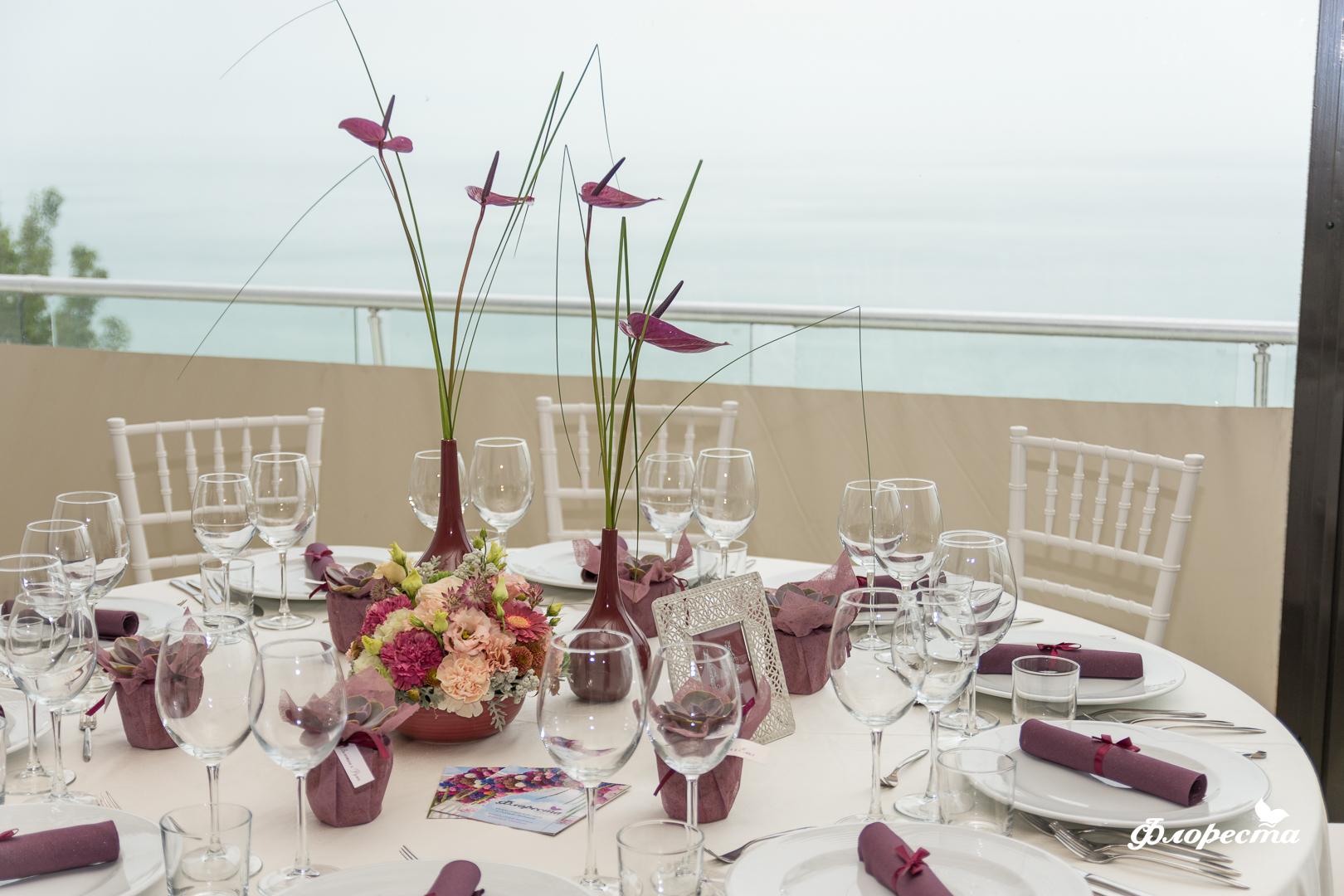 Декорация на маса за гости за сватбено тържество