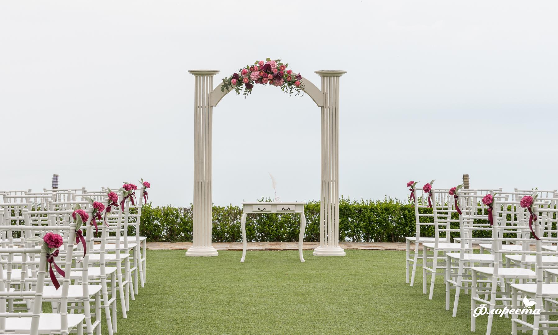 Сватбена декорация на изнесен ритуал с арка