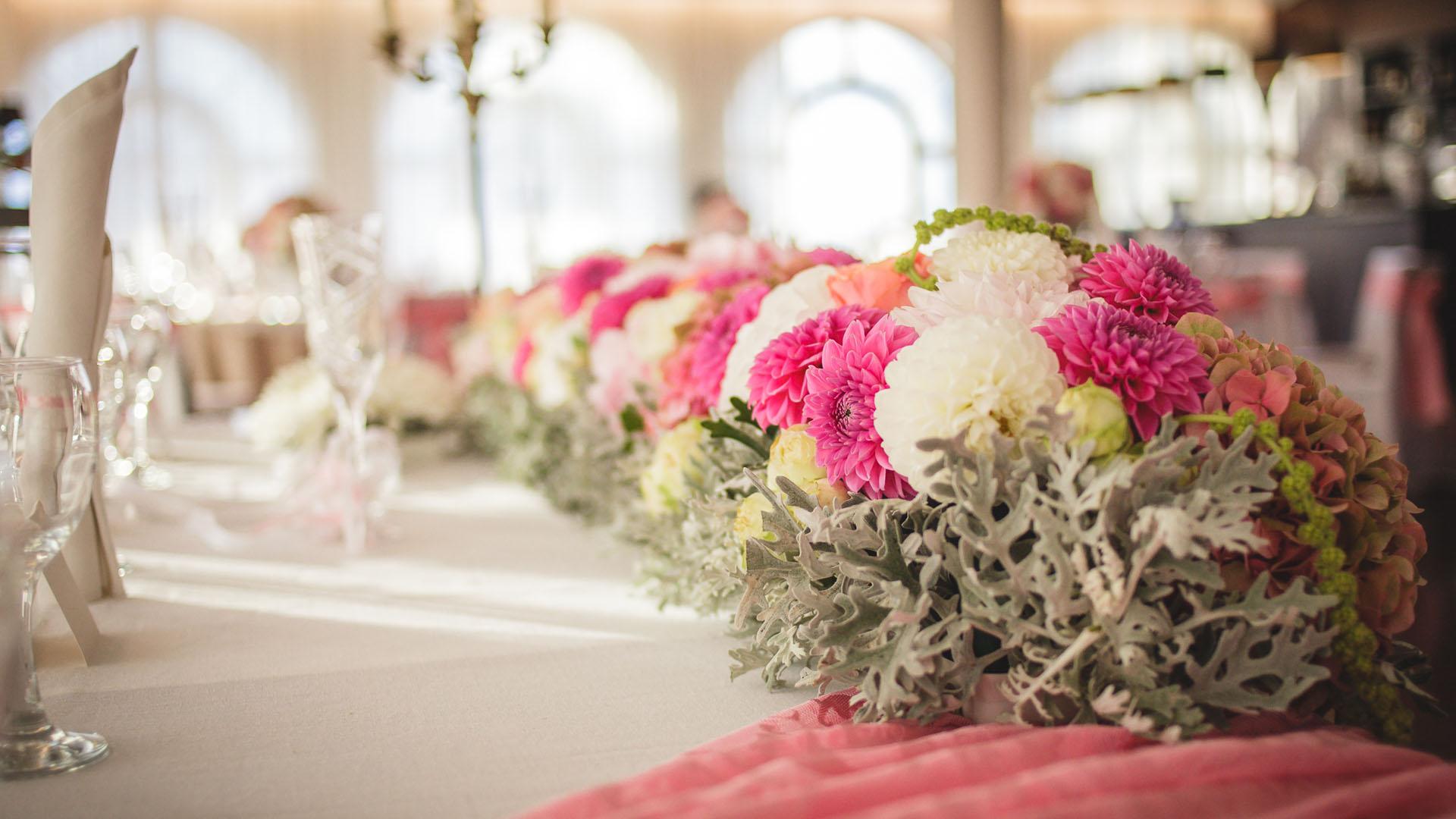 Цветна сватбена украса за масата на младоженците