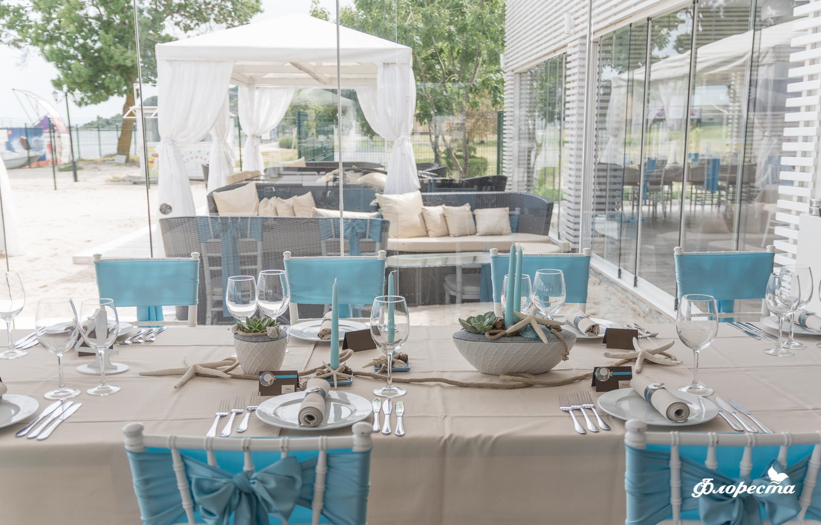 Тържествена декорация на маса за гости в синьо