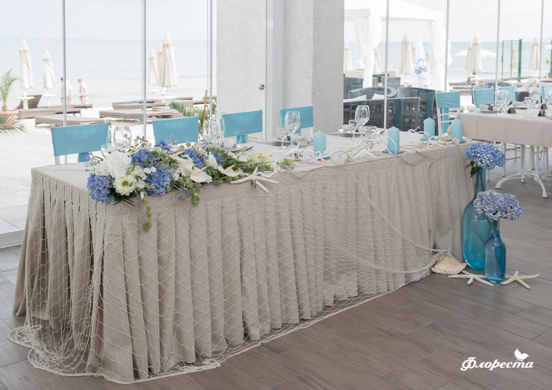 Цветна аранжировка с хортензии за масата на младоженците
