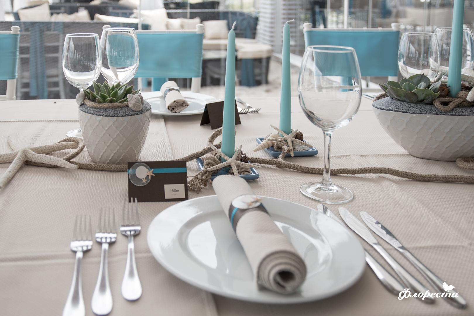 Сватбена декорация в синьо на маса за гости