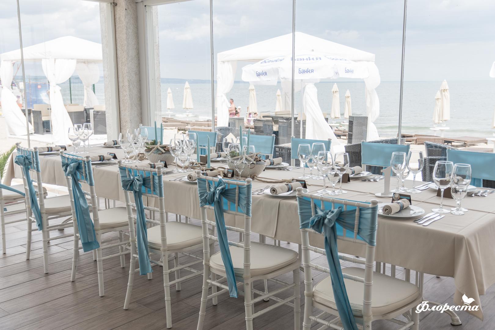 Сватбена декорация на маса за гости в синьо