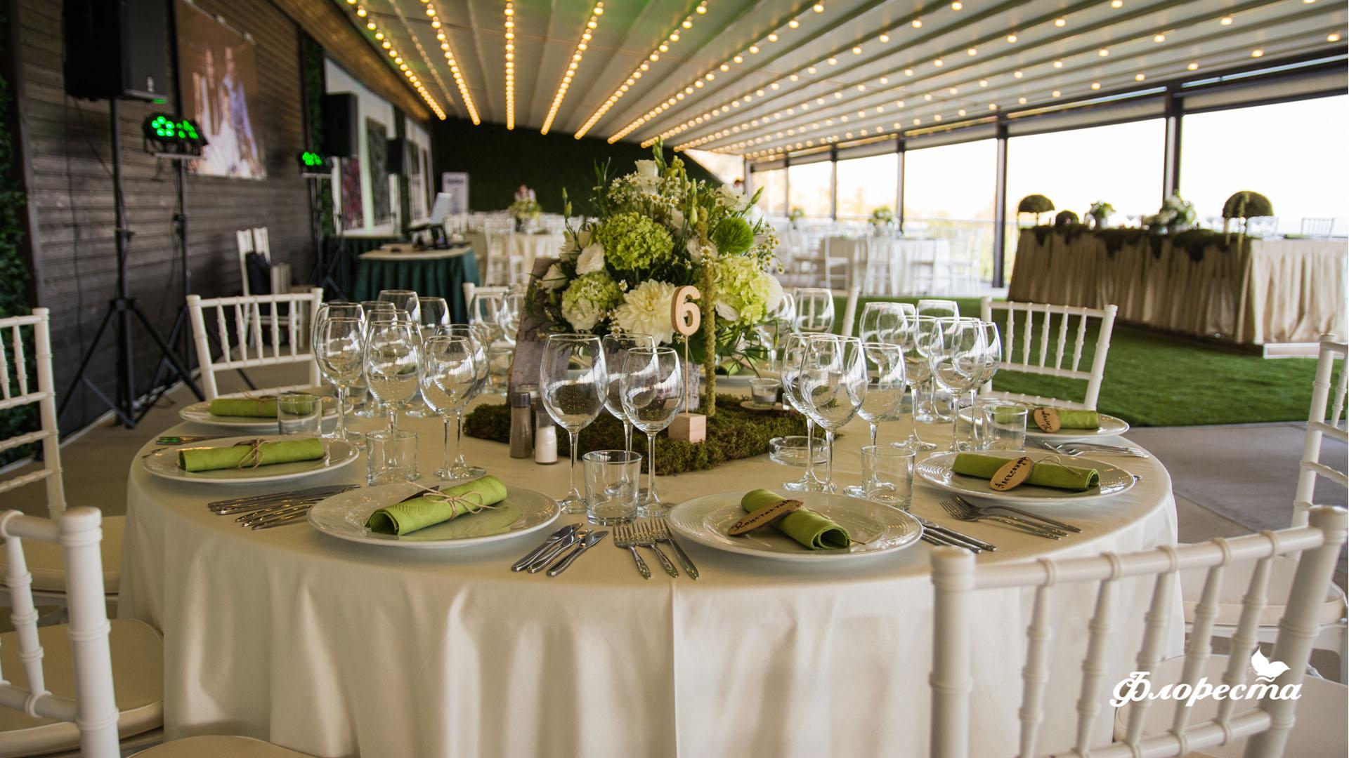 Сватбена декорация в горско зелено на маса за гости
