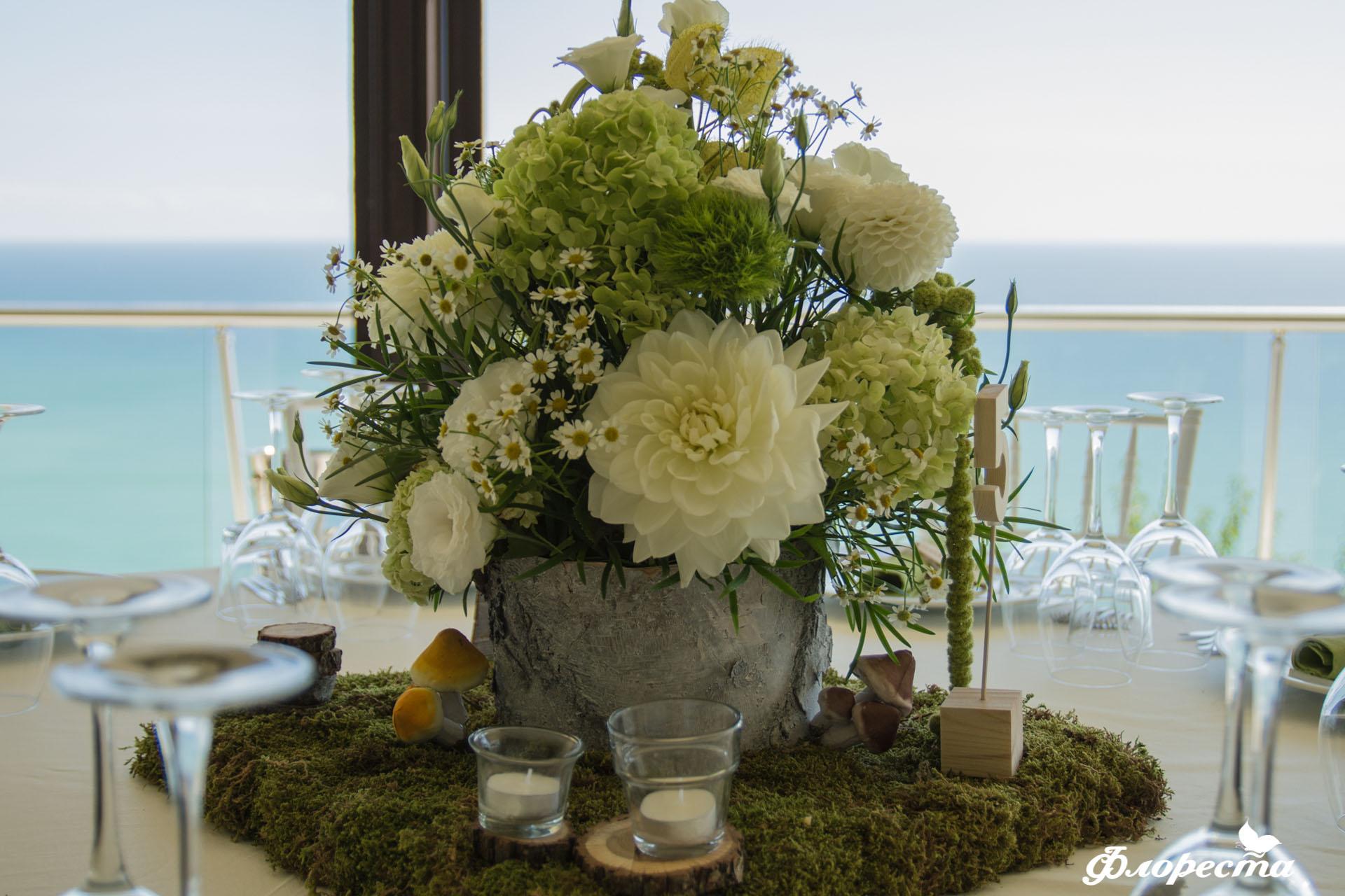 Цветна аранжировка в зелено и бяло на маса за гости