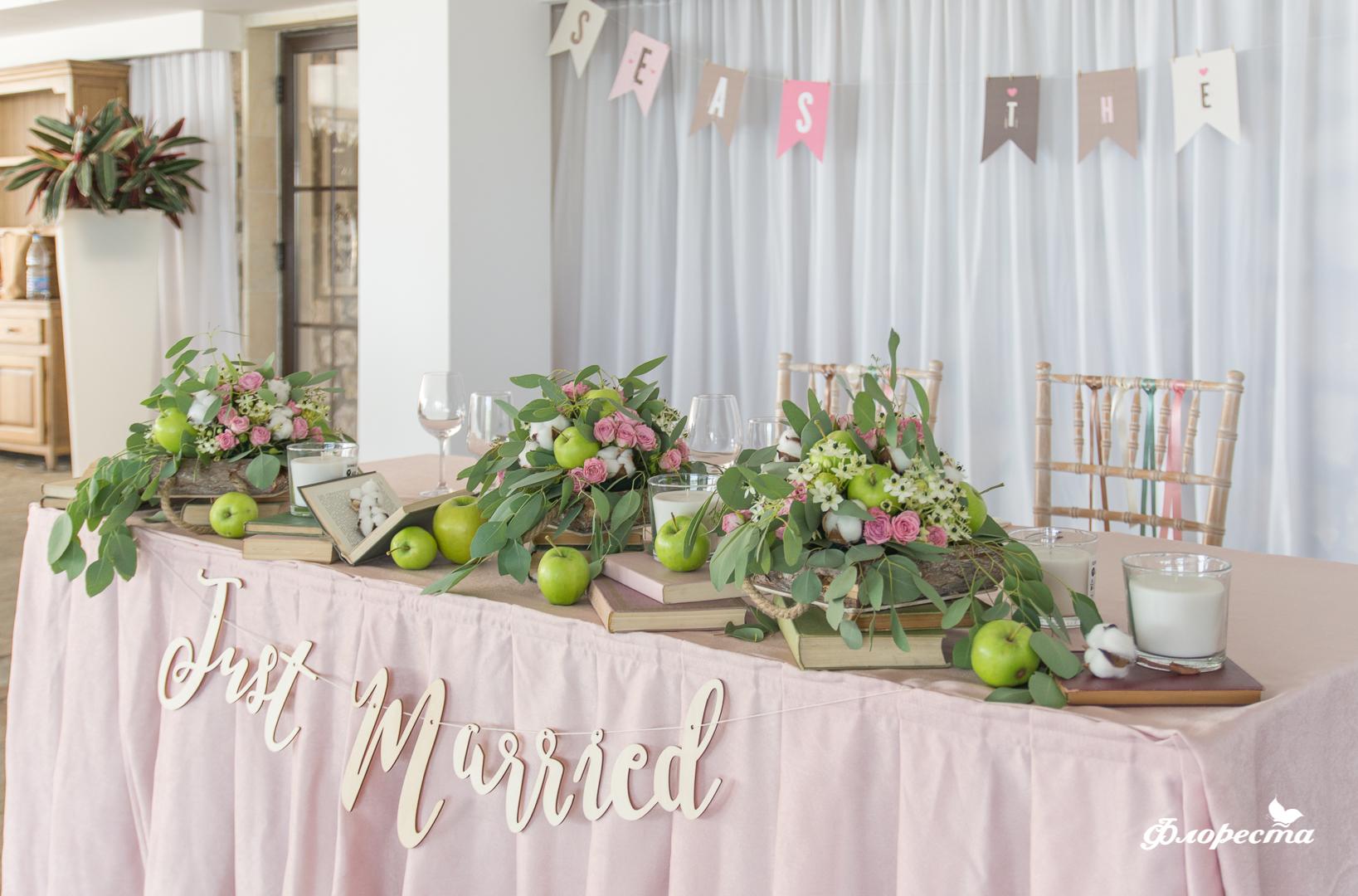 Декорация в нежно розово на масата на младоженците