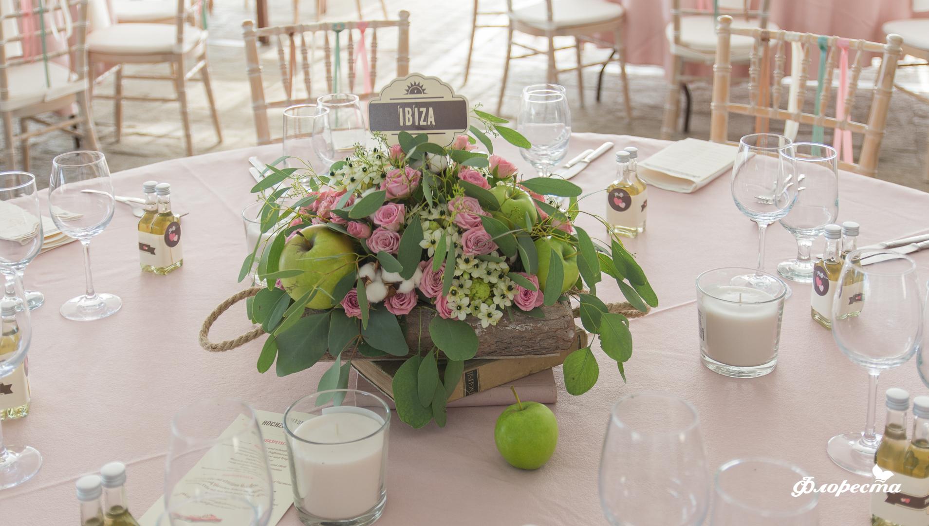 Цветна аранжировка със зелени ябълки и памук за декорация на маса за гости