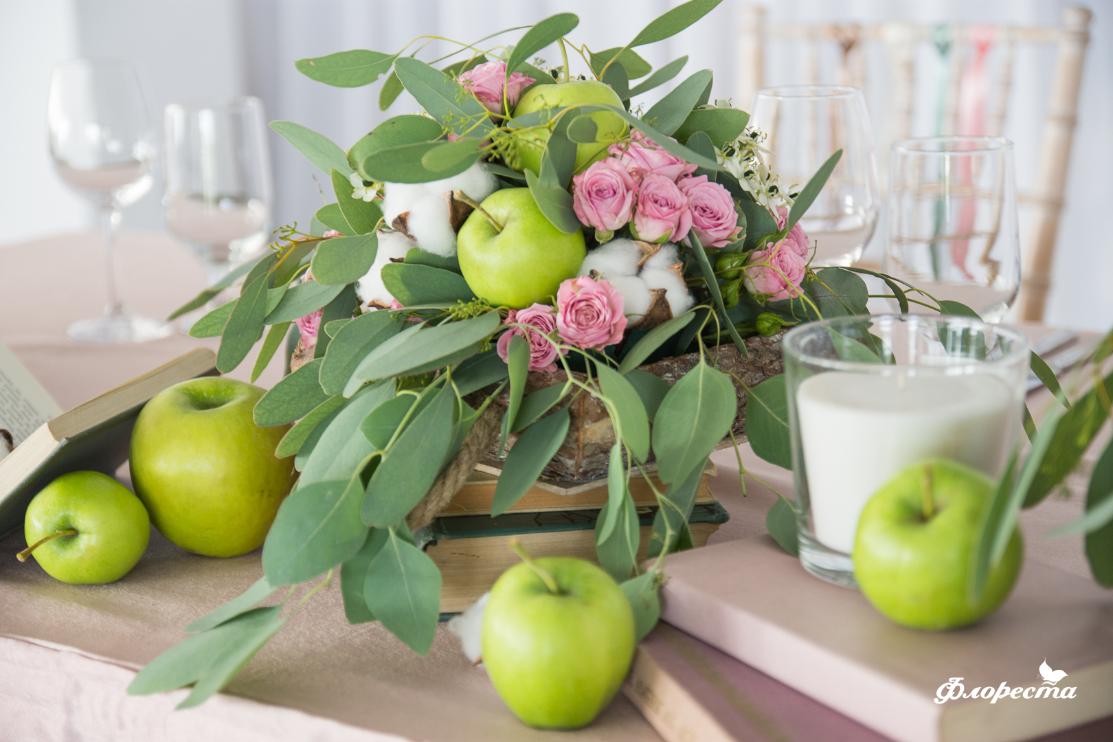 Цветна аранжировка с ябълки, памук и розови мини рози