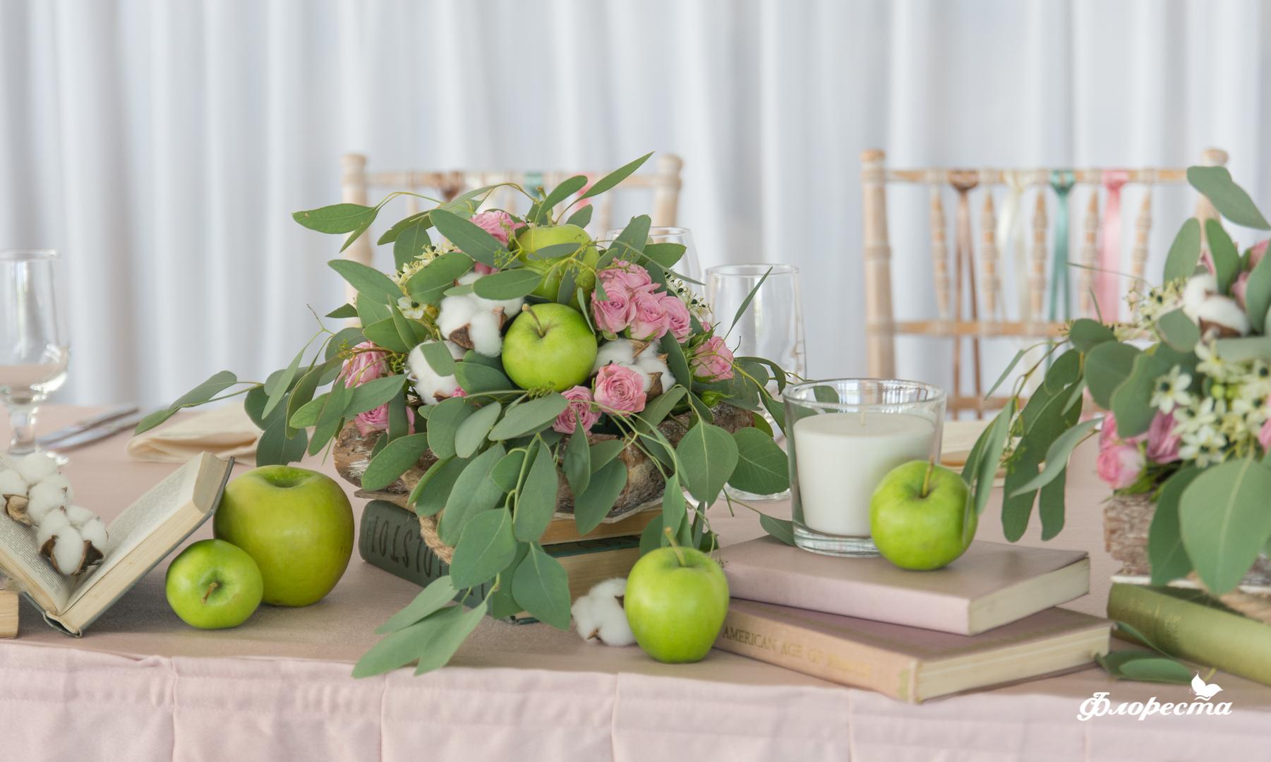 Сватбена декорация на масата за младоженците